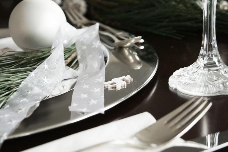 Blog + Fotografie by it's me! - Rooming, Weihnachtsdeko 2015 - silberner Platzteller mit Kiefernzweig, kleinem Elch und weißer Kugel