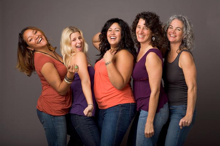 Mulheres com corpos diversos sorrindo