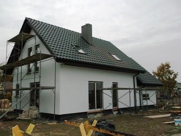 Dom drewniany szkieletowy w czasie budowy na siedmio arowej działce