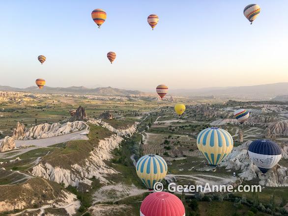 Kapadokya'da gün doğumu balon turu için havalanan balonlar