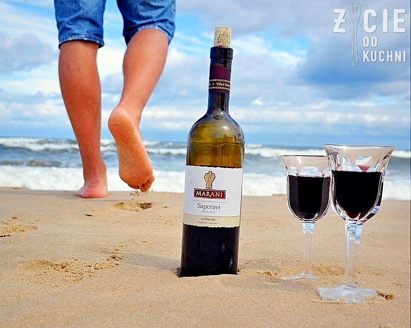 marani, marani saperavi, saperavi, gruzinskie wino, wino do grilla, wino do czerwonego miesa, wino do sera, wino na plazy, wino wytrawne, wino czerwone, pije wino na plazy, zycie od kuchni