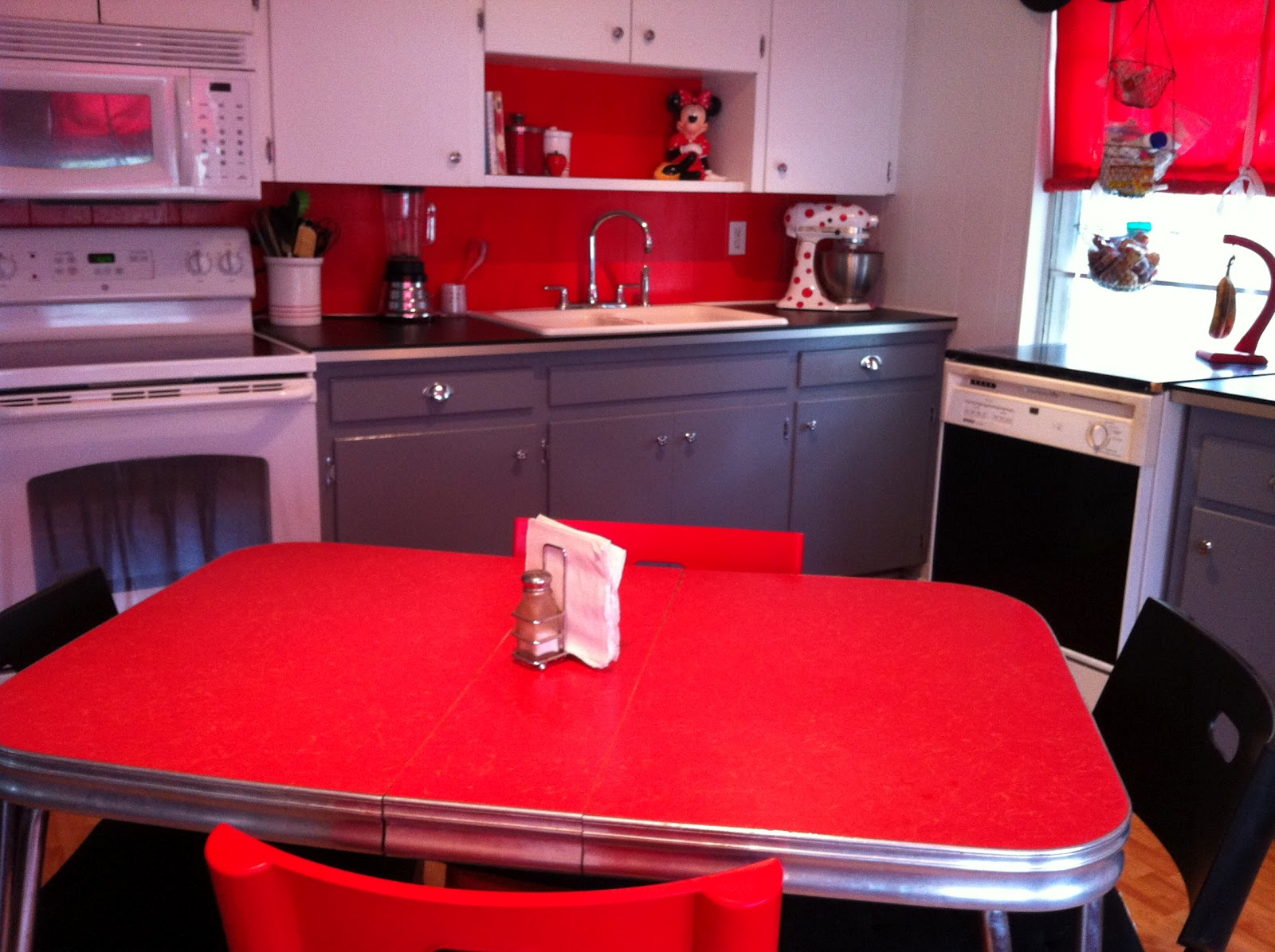 Straw bearie designs cute red 50 39 s modern kitchen for Modern 50s style kitchen