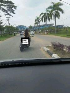 wanita naik motor matic tanpa busana