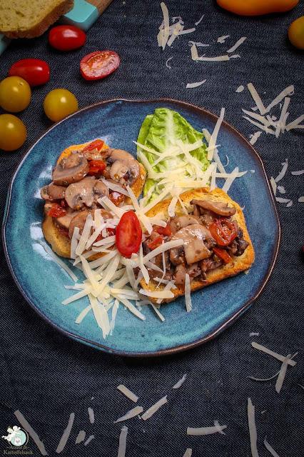 Selbstgebackenes Toastbrot mit Champignon-Tomaten-Antipasti