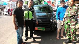 ada oknum Cina, berani pakai mobil dengan plat palsu TNI. herannya, mereka juga memiliki Kartu Anggota TNI..