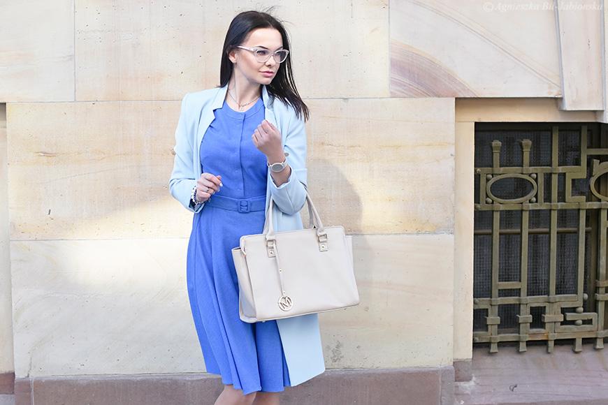 91d20872e60b88 Rozkloszowana sukienka w niezwykłym odcieniu niebieskiego w towarzystwie  błękitnego płaszcza typu dyplomatka. Dorzućmy do tego urocze Zaxy i torebkę  w ...