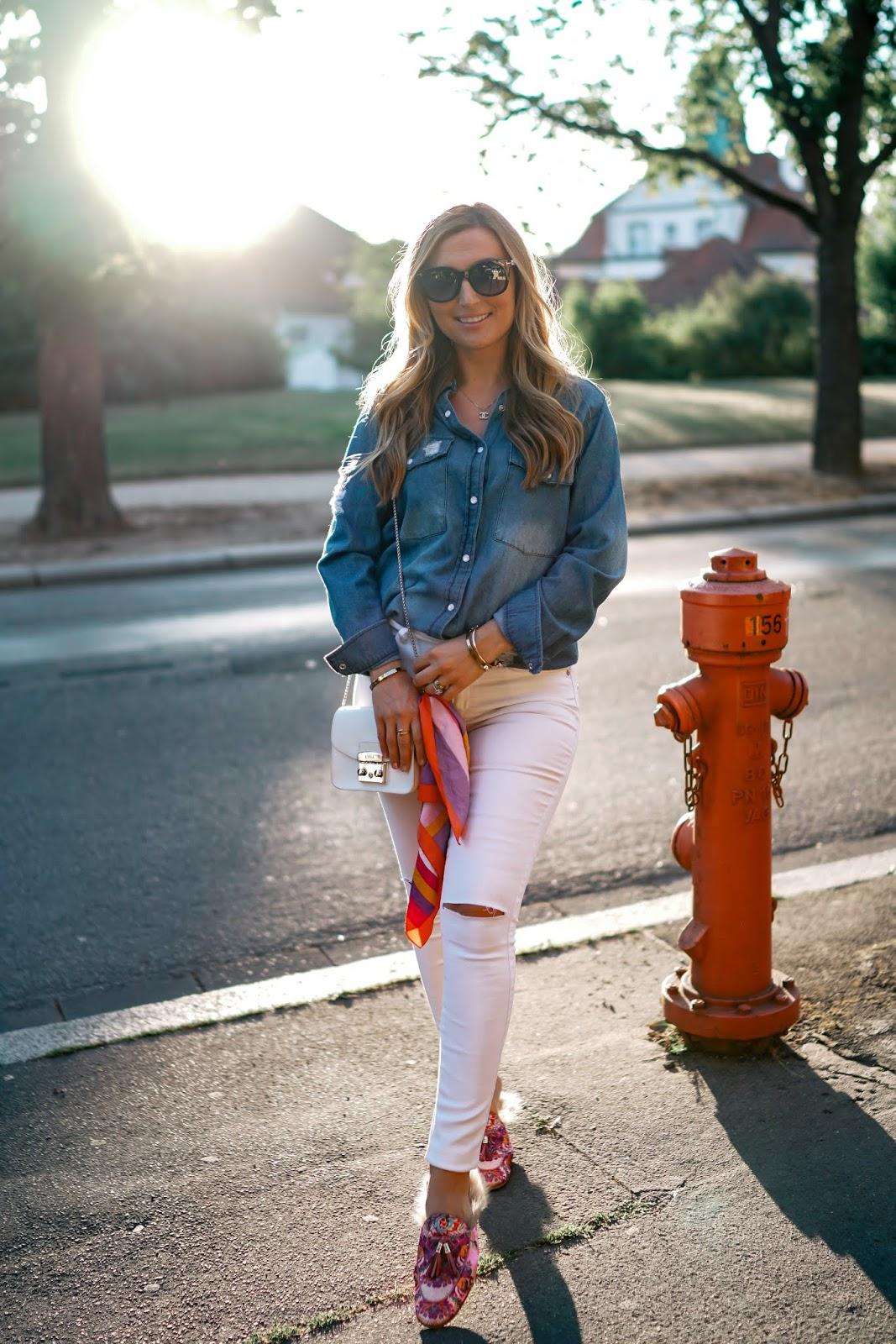 was-ziehe-ich-im-herbst-an-Outfitinspiration-Herbst-Look-Jeansbluse-weiße-jeans-pantoletten-melvin-Hamiltion-fashionstylebyjoahanna-fashionblogger-aus-deutschland.