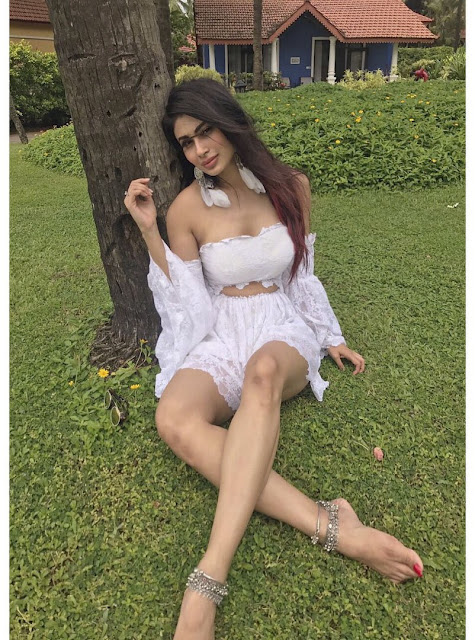 Mouni Roy steals hearts with Pics in Park