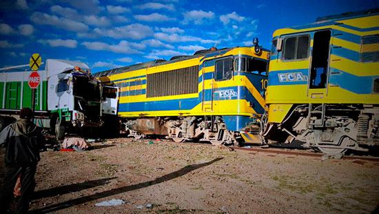 Camión choca a tren Wara Wara que cubría trayecto Villazón - Oruro