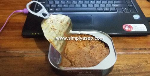 SIAP SANTAP     : Inilah satu kaleng MRE nya milik Anggota POLRI. Varian rasanya Nasi Kan Panggang yang sudah dipanaskan dengan cara direbus lebih aman daripada dipanaskan dengan cara dibakar kalengnya. Foto Asep Haryono