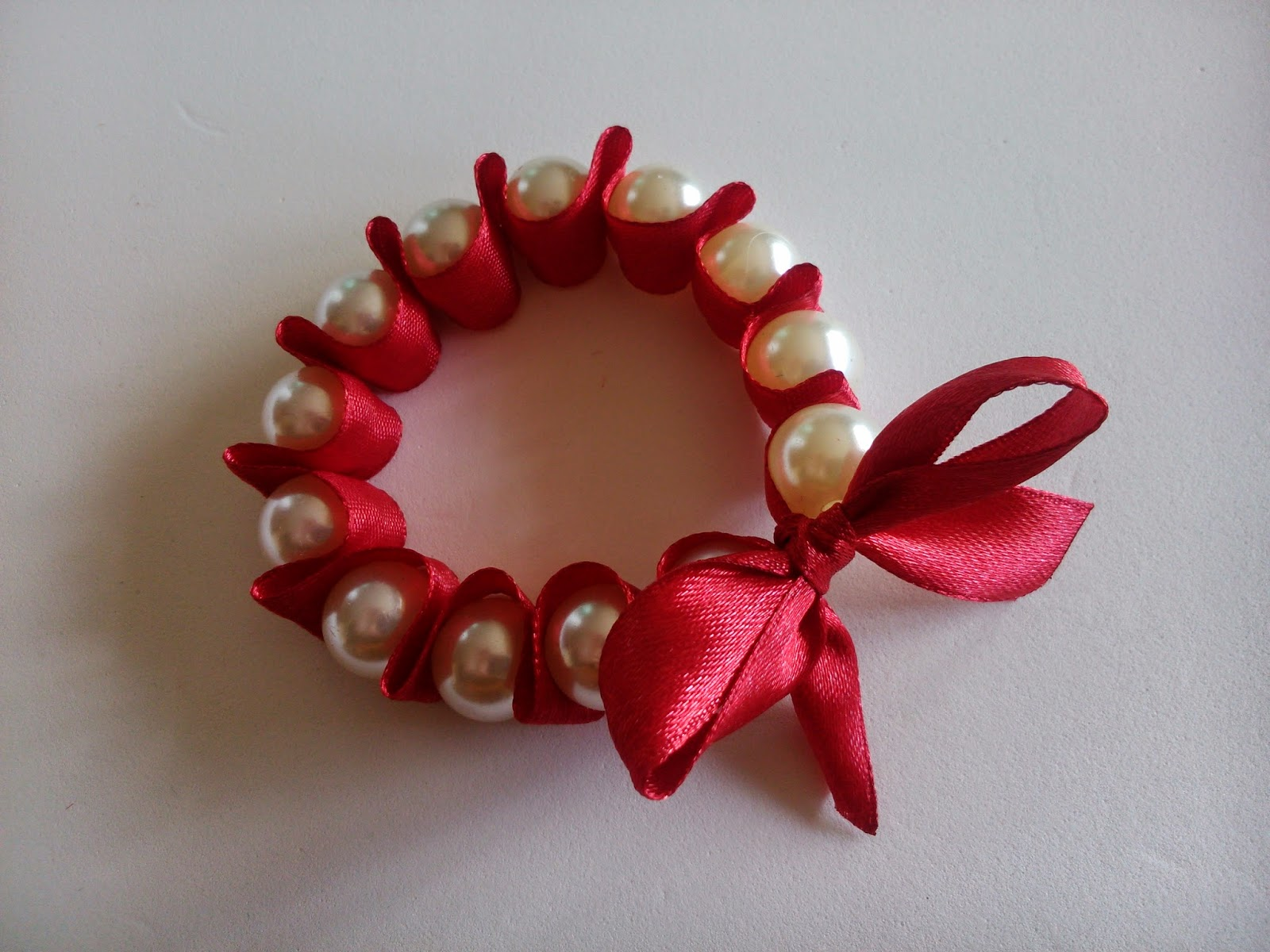 Pulsera con lazo y perlas DIY. Ideal para boda