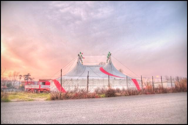 Fotografia in HDR del tendone del circo al tramonto