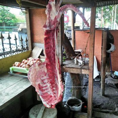 Kambing muda segar, bahan kuliner khas Banyumas di Warung Sate Purwokerto di Tasikmalaya.