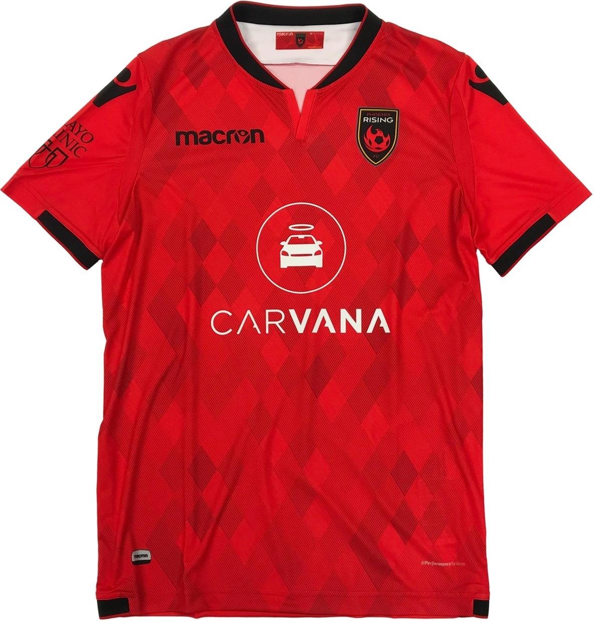 c4a89603d2 O modelo titular é predominantemente vermelho com losangos espalhados pela  camisa em tons mais escuros. A cor preta aparece na gola e nos punhos.