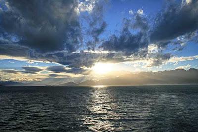 穏やかな海に日が昇る
