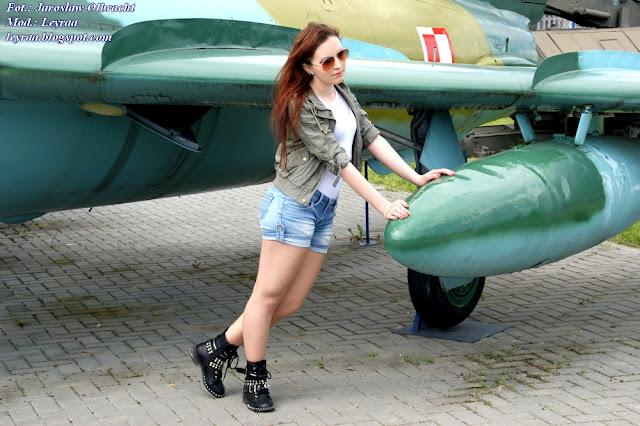 14.05.2017 Bomberka oliwkowa, białe body, jeansowe szorty, botki z ćwiekami, złote pilotki