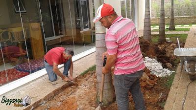 Bizzarri visitando uma obra e orientando nos trabalhos da execução do piso de paralelepípedo, retirando a grama para fazer o contrapiso, pois vamos fazer o piso com o paralelepípedo rachado. Casa em condomínio Campinas-SP em 14 de setembro de 2016.