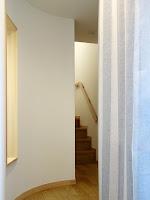 旗竿地に建つ木造3階建て住宅:深沢の家,玄関 小形 徹 * 小形 祐美子プラス プロスペクトコッテージ 一級建築士事務所の設計
