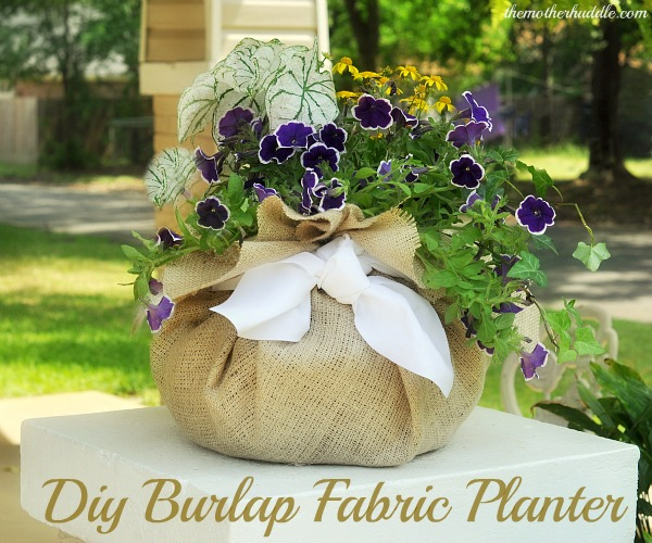 This DIY burlap planter is super easy and outdoor friendly