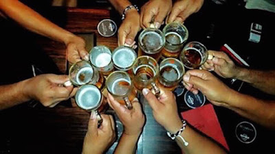minum bir bersama teman-teman