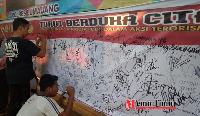 Aksi Pengumpulan tandatangan di Depan  Mapolres Lumajang