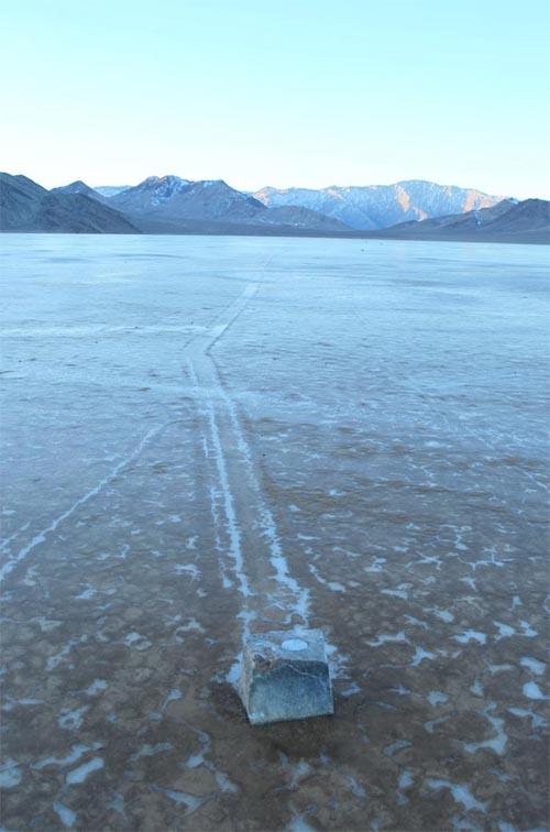 batu bergerak di atas permukaan es
