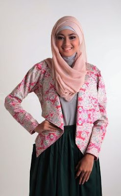 Model blazer batik wanita muslim berjilbab