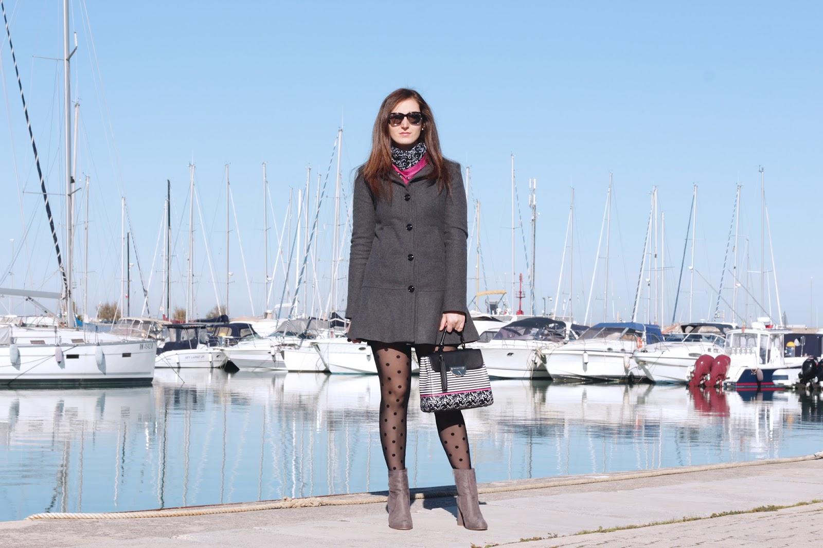 Cappotto con volant Ventifive ed una borsa pashmina Atelier du Sac