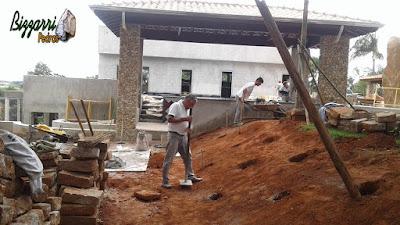 Bizzarri visitando uma obra em residência em Itatiba-SP onde estamos fazendo o revestimento de pedra seixo do rio número 4 nos pilares. Na foto, fazendo as brocas onde vamos fazer a concretagem para fazer a escada de pedra folheta. 15 de dezembro de 2016.