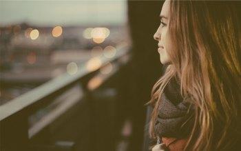 Wallpaper: Beautiful lady watching the city lights