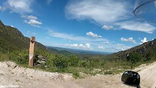 Marco do Caminho dos Diamantes com uma bela paisagem - Estrada Real.