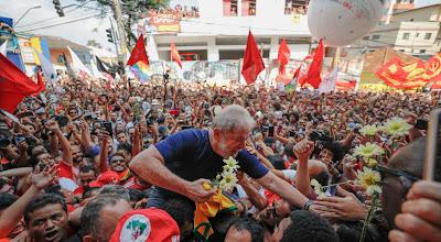 Lula nos braços do povo, em foto de Ricardo Stucker