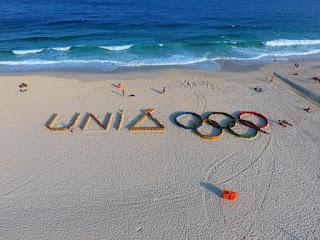 Intervenções urbanas com mensagens de otimismo para o Rio de Janeiro