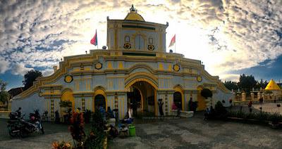 Bagian depan gerbang masuk Masjid Agung Sumenep.