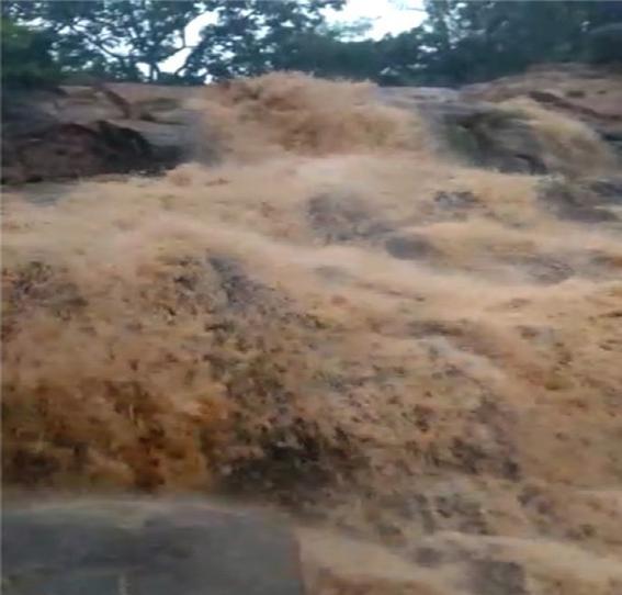 RN tem o fim de semana mais chuvoso do ano; em Martins, chuva de 172,5 milímetros 'enche' cachoeira