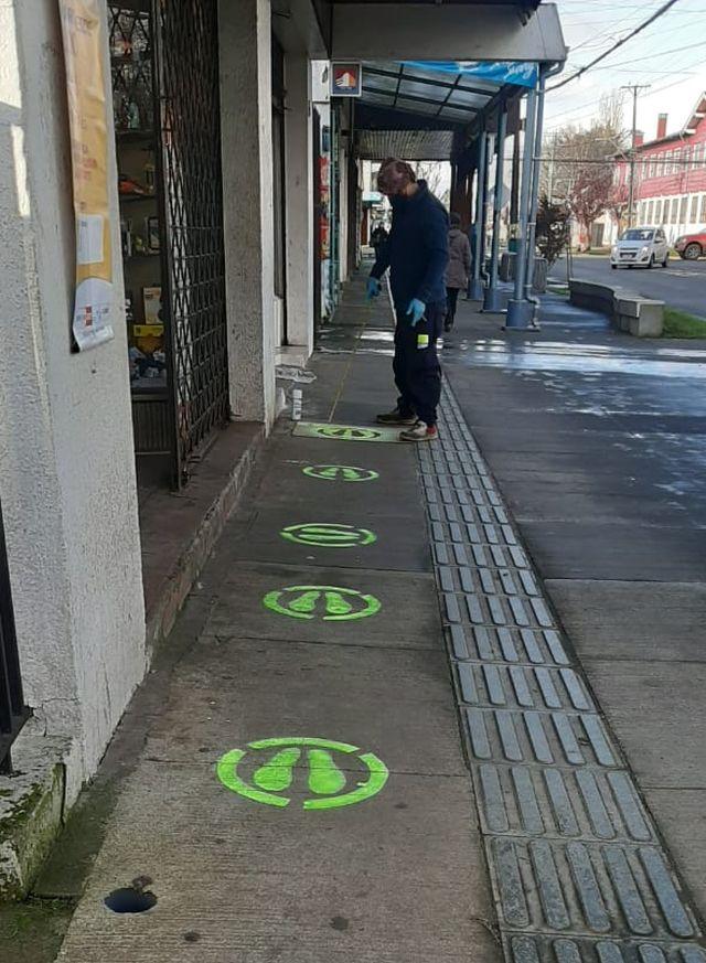 Purranque: Municipalidad pinta señaléticas para reforzar distanciamiento social
