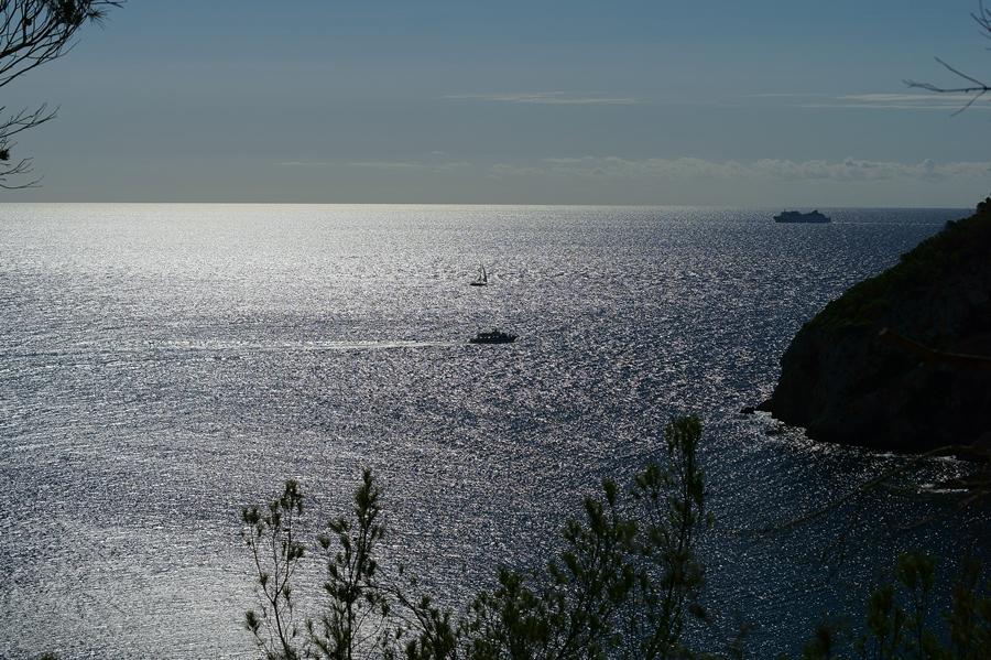 Blog + Fotografie by it's me fim.works - La Isla Blanca Ibiza, Cala Llonga, Blick auf das offene Meer