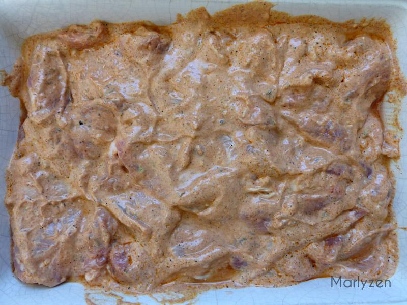 Viande marinée dans du yaourt, épices, etc.