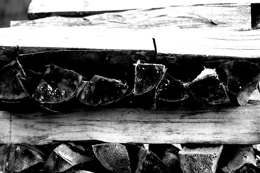 Blog + Fotografie by it's me! - fim.works - Magische Mottos - Strukturen & Rhythmen - SchwarzWeissBlick No 2 - gestapeltes Holz
