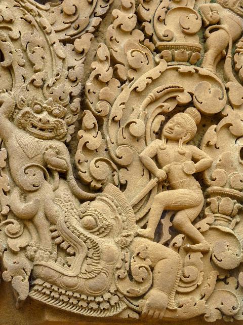 Banteay Srei, gopura del oeste, recinto segundo, dintel - Angkor, Camboya por El Guisante Verde Project