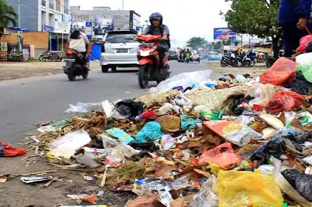 Tumpukan sampah menggunung di Pekanbaru, Provinsi Riau