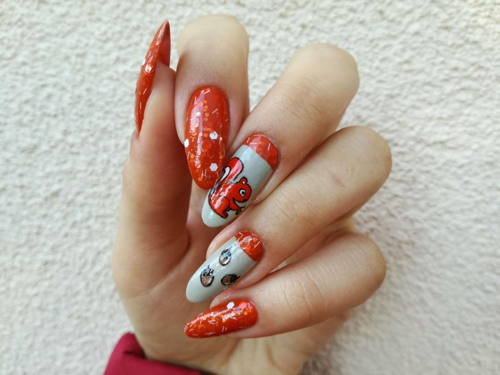 pomarańczowe paznokcie z wiewiórką