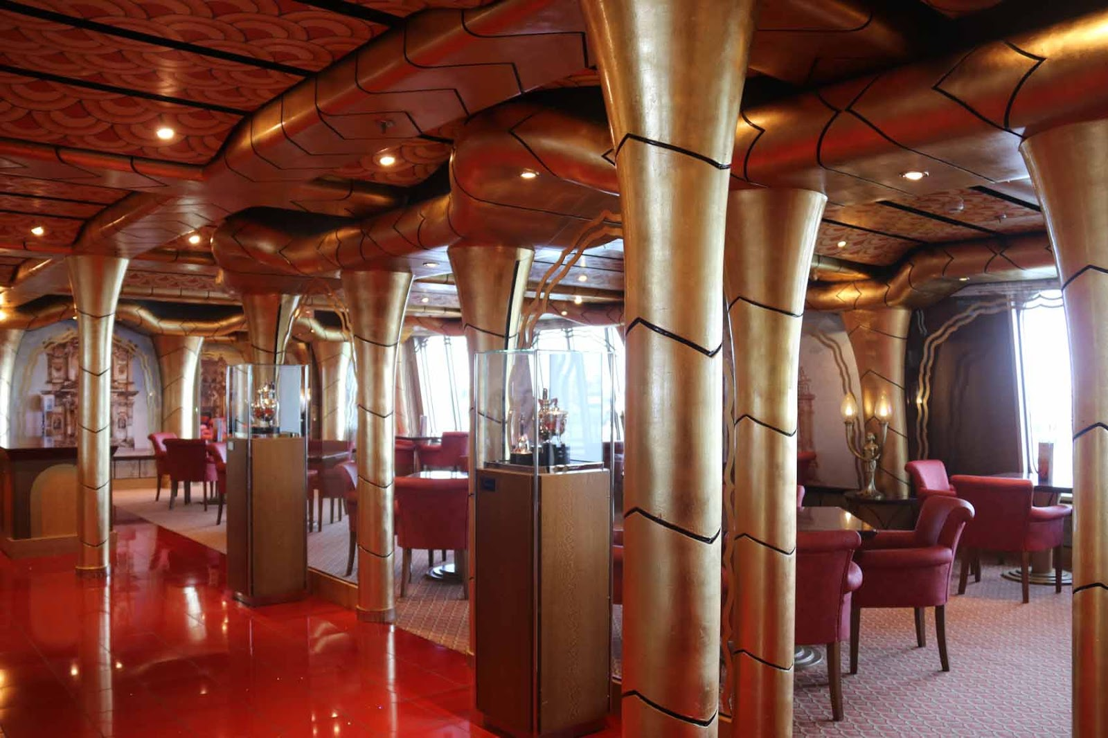 Yksi laivan lukuisista ravintoloista