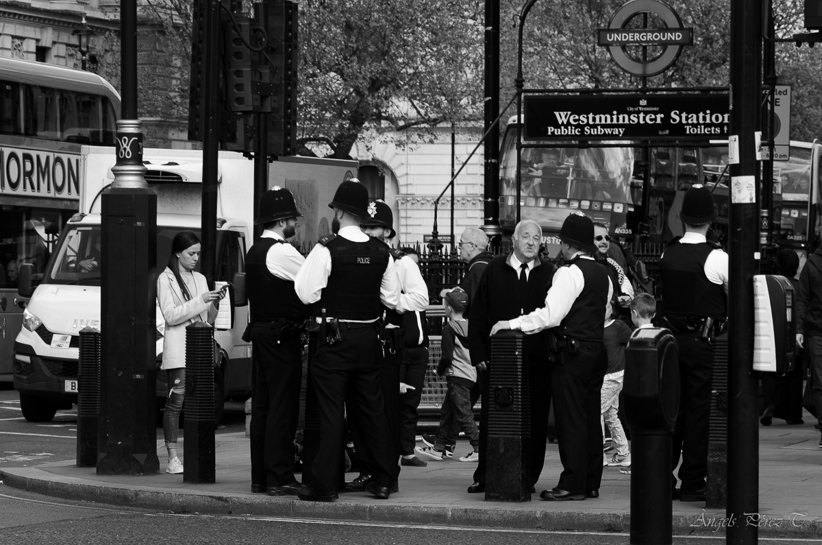 westminster station single women Westminster tube station has been closed following the attack, in which a policeman was stabbed to death and at least twenty people were injured when a car mounted the pavement on westminster bridge.