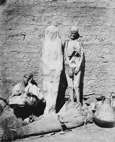 Вуличний торговець продає мумії