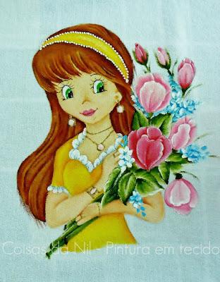 boneca ruiva com tulipas pintada em pano de prato para colocar saia de croche