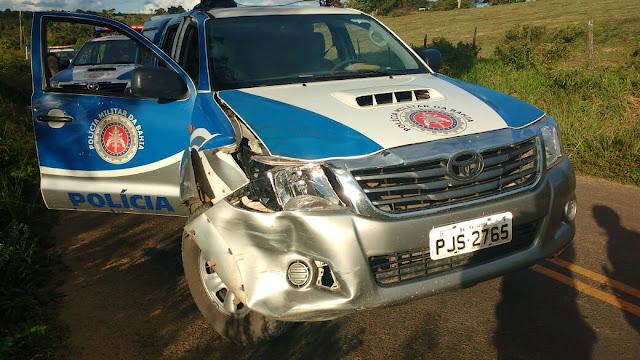 Alagoinhas: Suspeitos de assaltos batem moto em viatura da PM