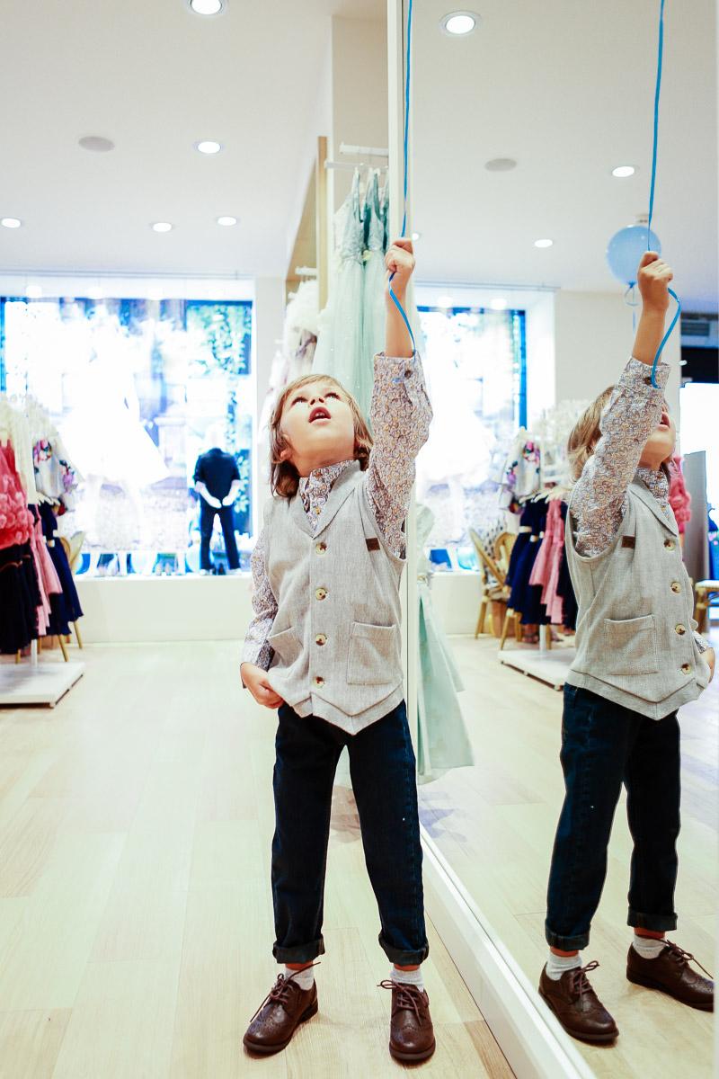 детский трикотажный жилет, джинсы на подтяжках и броги