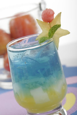 Resep atau cara membuat sky blue punch, minuman segar sky blue ala luar negeri.