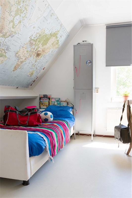 dormitorio infantil decorado con mapamundi chicanddeco